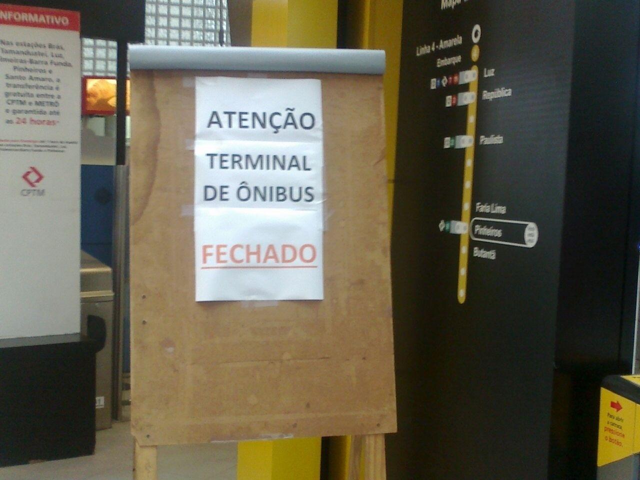 5.nov.2014 - Na estação de metrô Pinheiros, Leandro Avelino registrou a imagem do cartaz que avisa sobre o fechamento do terminal de ônibus na região por conta da paralisação de motoristas e cobradores entre 10h e 12h. A foto foi enviada pelo Whatsapp do UOL (11) 97500-1925