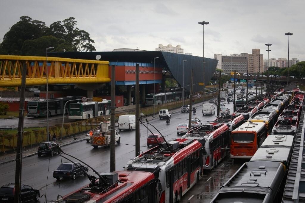 5.nov.2014 - Ônibus ficam estacionados no terminal Parque Dom Pedro 2º, região central de São Paulo, em paralisação de motoristas e cobradores. A categoria protesta contra ataques a coletivos. A manifestação teve início às 10h desta quarta-feira (5). Os ônibus começaram a voltar a circular por volta das 12h