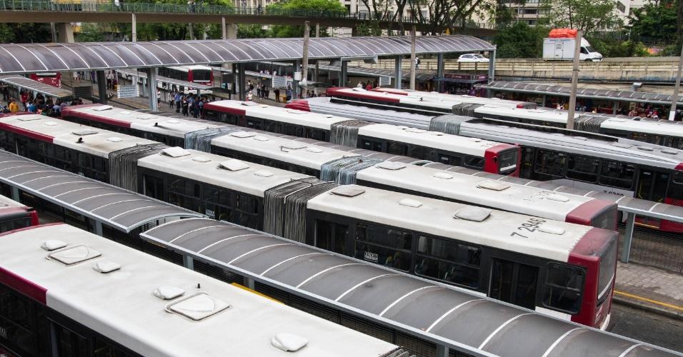 5.nov.2014 - Ônibus param no terminal Bandeira, no centro de São Paulo. A paralisação de motoristas e cobradores afeta todos os terminais da cidade. Prevista para iniciar às 10h, a paralisação contra os ataques a ônibus e a falta de segurança teve início por volta das 9h45