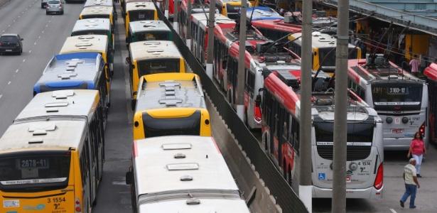 Ônibus são estacionados no terminal Parque D. Pedro 2º, região central de São Paulo
