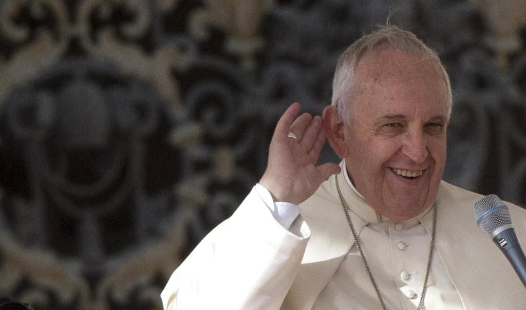 5.nov.2014 - Papa Francisco sorri após ser acossado mais uma vez pelas rajadas de vento em audiência na Praça de São Pedro, no Vaticano