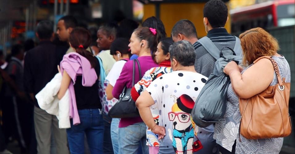 5.nov.2014 - Passageiros aguardam em fila durante paralisação de rodoviários no terminal Parque Dom Pedro 2º, região central de São Paulo. A categoria protesta contra os ataques a coletivos