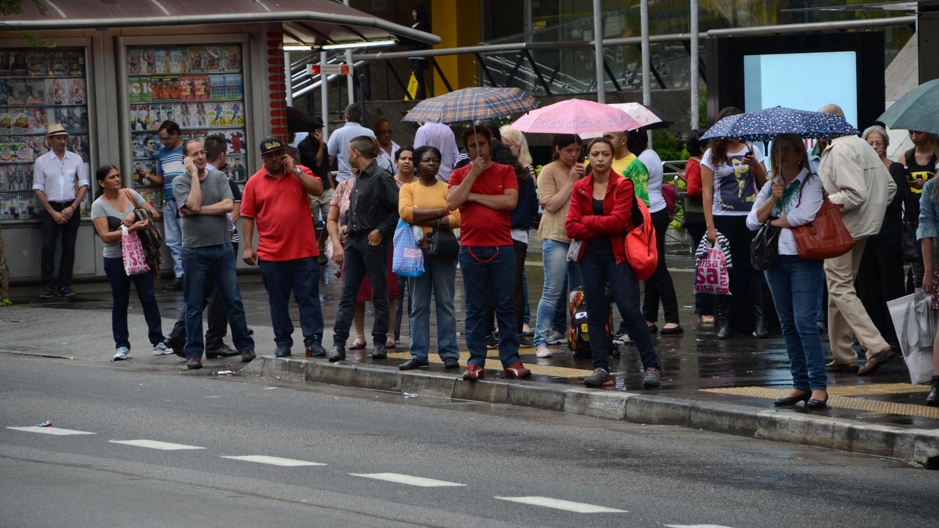 5.nov.2014 - Passageiros aguardam em ponto de ônibus da avenida Paulista, na região central de São Paulo, durante paralisação de motoristas e cobradores. A categoria parou das 10h às 12h para protestar contra ataques a coletivos