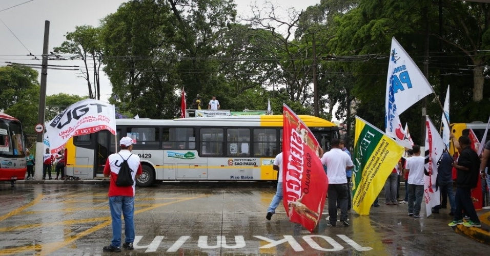 5.nov.2014 - Rodoviários protestam no terminal Parque Dom Pedro 2º, região central de São Paulo, contra a falta de segurança e por melhores condições de trabalho. O Sindicato dos Motoristas organizou uma paralisação da circulação de ônibus na capital paulista por duas horas. Os veículos não devem circular das 10h às 12h
