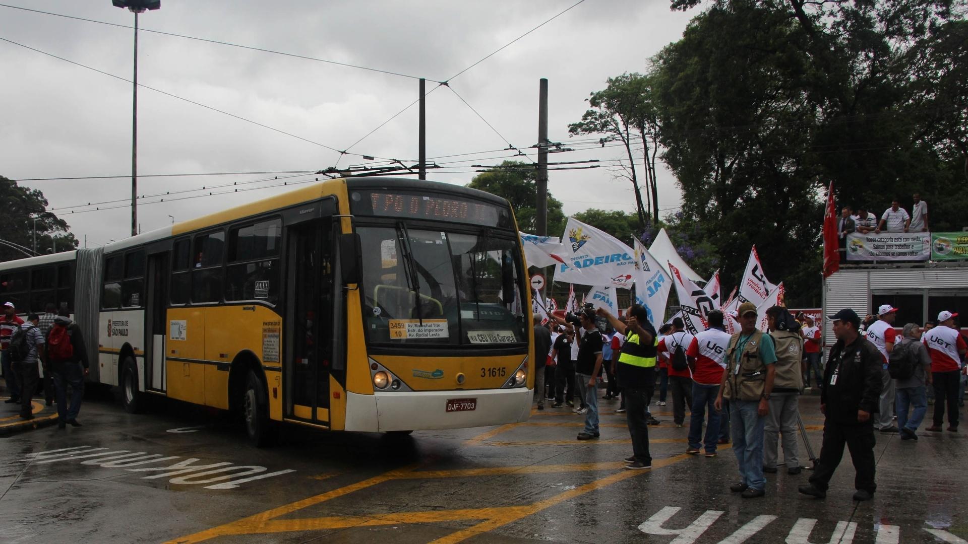 5.nov.2014 - Ônibus deixa o terminal Dom Pedro 2º, na zona central de São Paulo. A paralisação de motoristas e cobradores de ônibus afetou todos os terminais da cidade