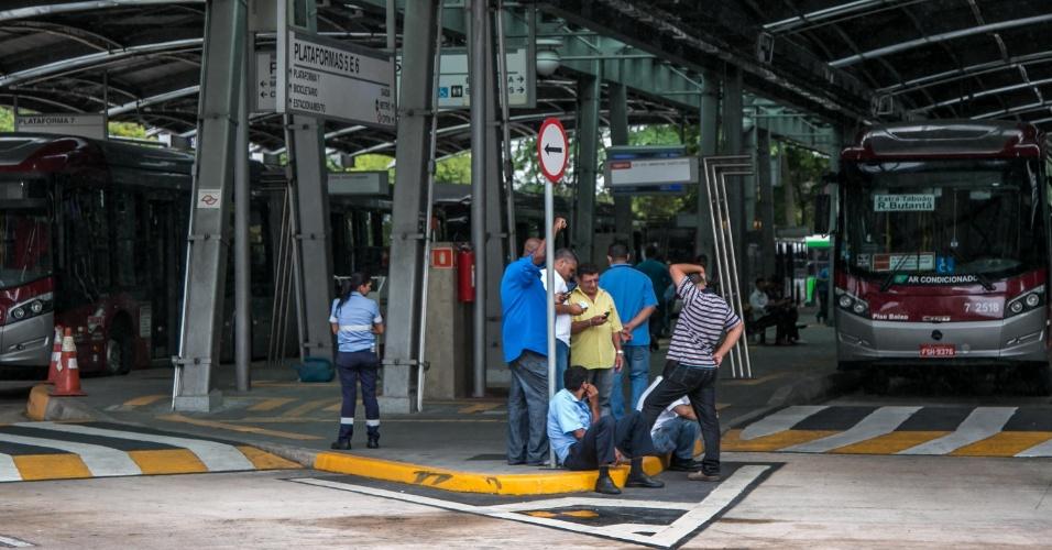 5.nov.2014 - Paralisação de motoristas e cobradores de ônibus afeta o terminal Pinheiros, na região oeste de São Paulo. A paralisação de motoristas e cobradores de ônibus afetou todos os terminais da cidade