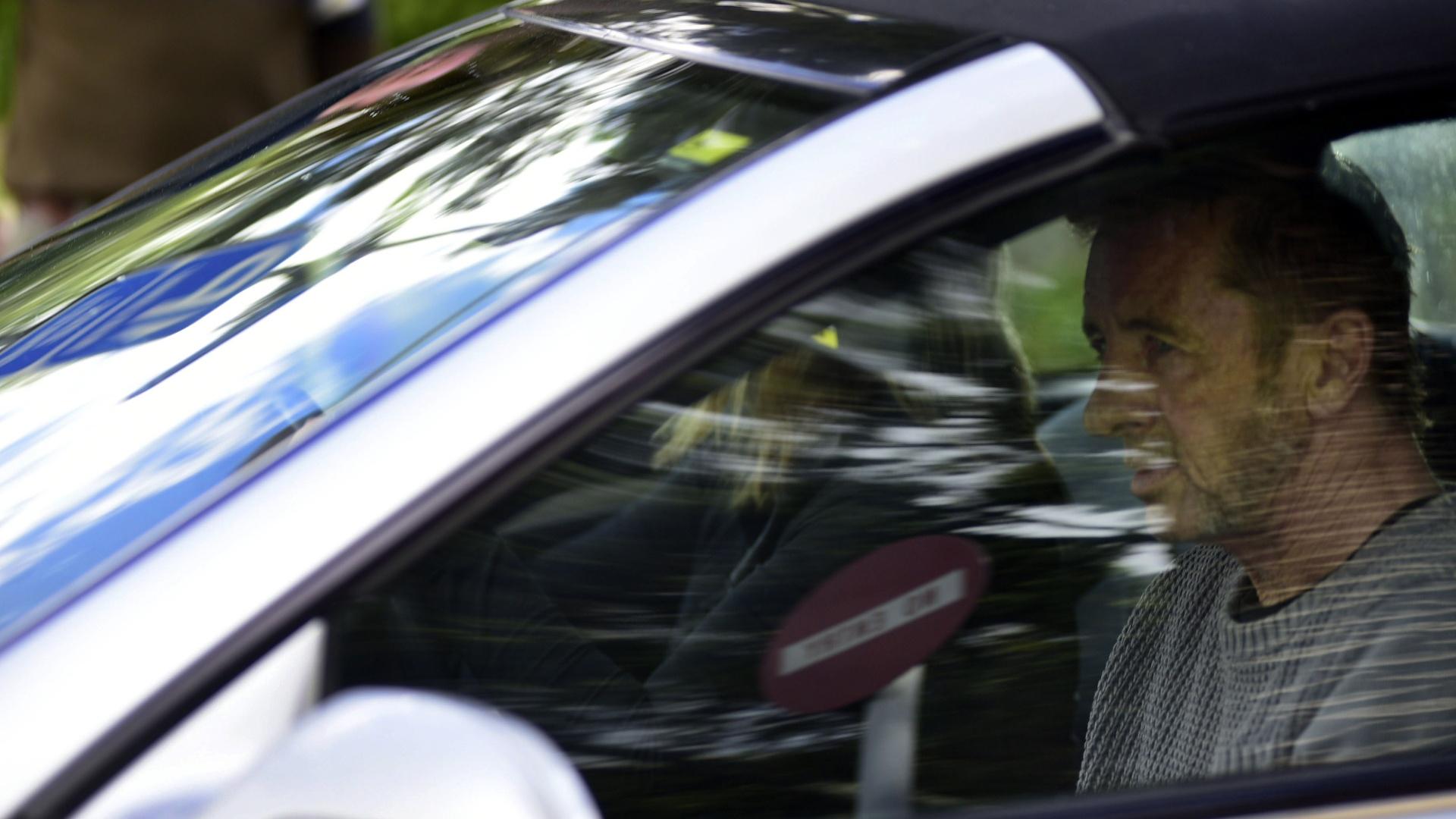6.nov.2014 - O baterista da banda de rock AC/DC, Phil Rudd, deixa o tribunal em Tauranga (Nova Zelândia), na manhã desta quinta-feira (6). Rudd irá a julgamento pela acusação de ordenar o assassinato de duas pessoas na Nova Zelândia. A acusação ainda é agravada por posse de drogas. Rudd pagou fiança e vai aguardar o julgamento em liberdade