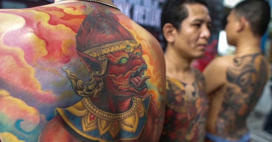 23.out.2014 - Vários competidores do concurso MBK de Tatuagem aguardam sua vez de se apresentar durante o evento, realizado em um shopping center de Bancoc, na Tailândia