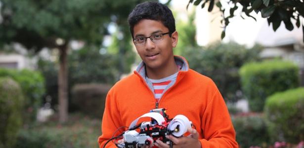 Shubham Banerjee, fundador do Braigo Labs Inc., segura uma impressora 3D produzida por sua empresa. Ele tinha 12 anos quando fechou um acordo para receber financiamento da Intel Capital, e produzir seu protótipo de impressora braille de baixo custo