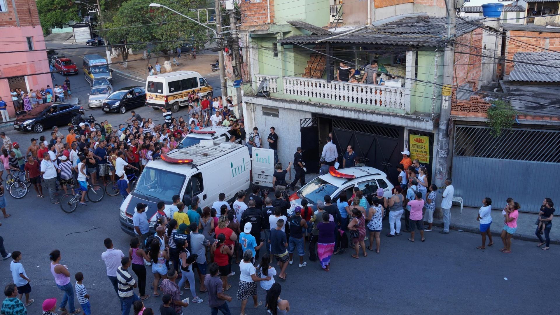 10.nov.2014 - Policiais militares encontraram uma mala com partes do corpo de uma mulher em um terreno baldio no bairro do Grajaú, zona sul de São Paulo, nesta segunda-feira (10).