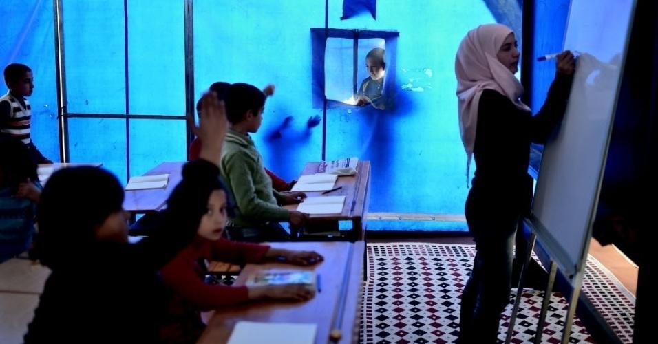 10.nov.2014 - Uma escola foi improvisada no centro de refugiados para sírios curdos em Suruc, na fronteira turca com a Síria. A Turquia tem mantido uma política de portas abertas para todos aqueles que fogem do avanço da milícia radical do Estado Islâmico. Mais de 1,5 milhões de sírios entraram no país vizinho, sendo que mais de 280 mil estão em campos de refugiados  10.nov.2014 - Uma escola foi improvisada no centro de refugiados para sírios curdos em Suruc, na fronteira turca com a Síria. A Turquia tem mantido uma política de portas abertas para todos aqueles que fogem do avanço da milícia radical do Estado Islâmico. Mais de 1,5 milhões de sírios entraram no país vizinho, sendo que mais de 280 mil estão em campos de refugiados