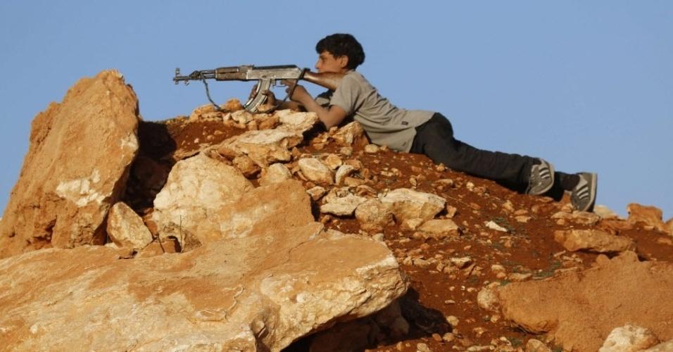 11.nov.2014 - Combatente rebelde aponta sua arma enquanto toma posição na linha de frente contra as forças do ditador sírio Bashar al-Assad, na área de Handarat, ao norte de Aleppo, nesta terça-feira (11)