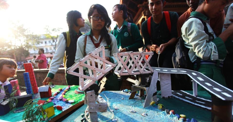 11.nov.2014 - Estudantes do Nepal apresentam modelo de escavadeira hidráulica em exposição escolar. O evento foi organizado para comemorar o Dia Mundial da Ciência pela Paz e pelo Desenvolvimento, que aconteceu no dia 10 de novembro