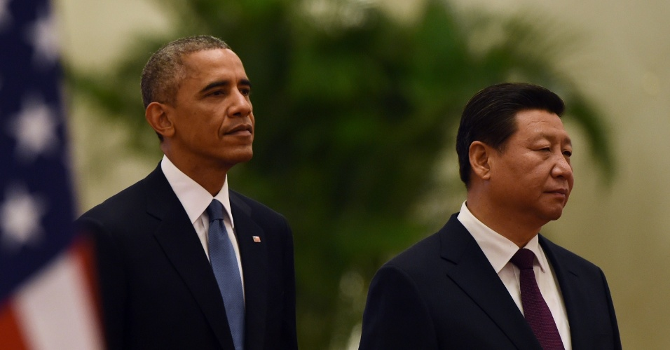 12.nov.2014 - Presidente dos EUA, Barack Obama (esq.) posa ao lado do presidente chinês, Xi Jinping, durante cerimônia de recepção diplomática em Pequim nesta quarta-feira (12). Obama permanece na China por mais um dia após o encerramento do Fórum de Cooperação Econômica Ásia-Pacífico (Apec) para visita oficial de Estado