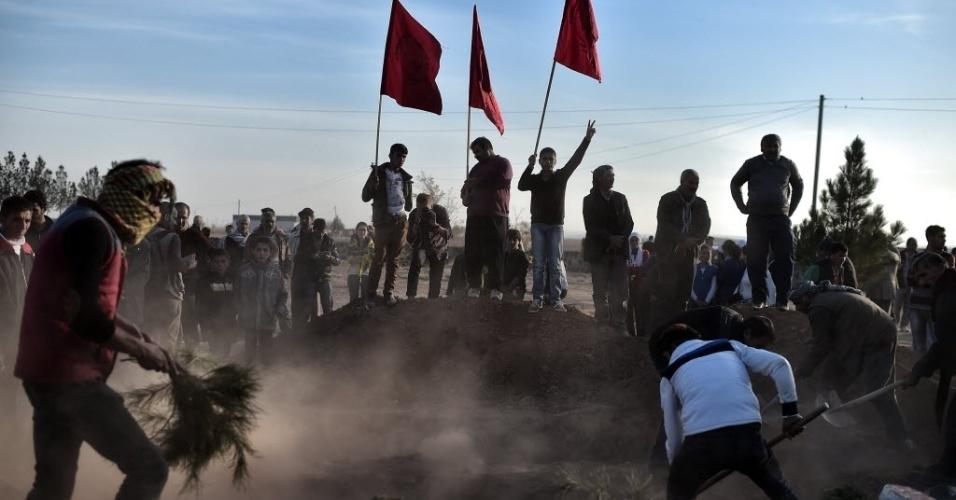 12.nov.2014 - Homens curdos se reúne na cidade turca de Suruc, para o funeral de um homem que fazia parte da Unidade de Proteção de Pessoas e morreu enquanto lutava contra o grupo do Estado Islâmico (EI) na cidade síria de Kobani, nesta quarta-feira (12)