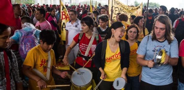 Manifestantes se concentram no vão livre do Masp, na avenida Paulista, em São Paulo, para a Marcha Popular pelas Reformas, nesta quinta-feira (13). A marcha, organizada por movimentos sindicais e sociais, reivindica reformas estruturais como urbana, agrária, tributária e a democratização dos meios de comunicação, além da realização de uma constituinte para reforma do sistema político