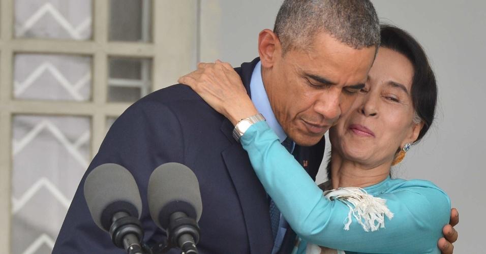14.nov.2014 - Barack Obama, presidente dos Estados Unidos, abraça a líder oposicionista de Mianmar, Aung San Suu Kyi, durante entrevista coletiva na residência de Suu Kyi, na cidade de Yangon. A presença de Obama mostra o apoio de seu país à líder opositora, em um momento no qual Mianmar se aproxima das próximas eleições em um clima de incerteza