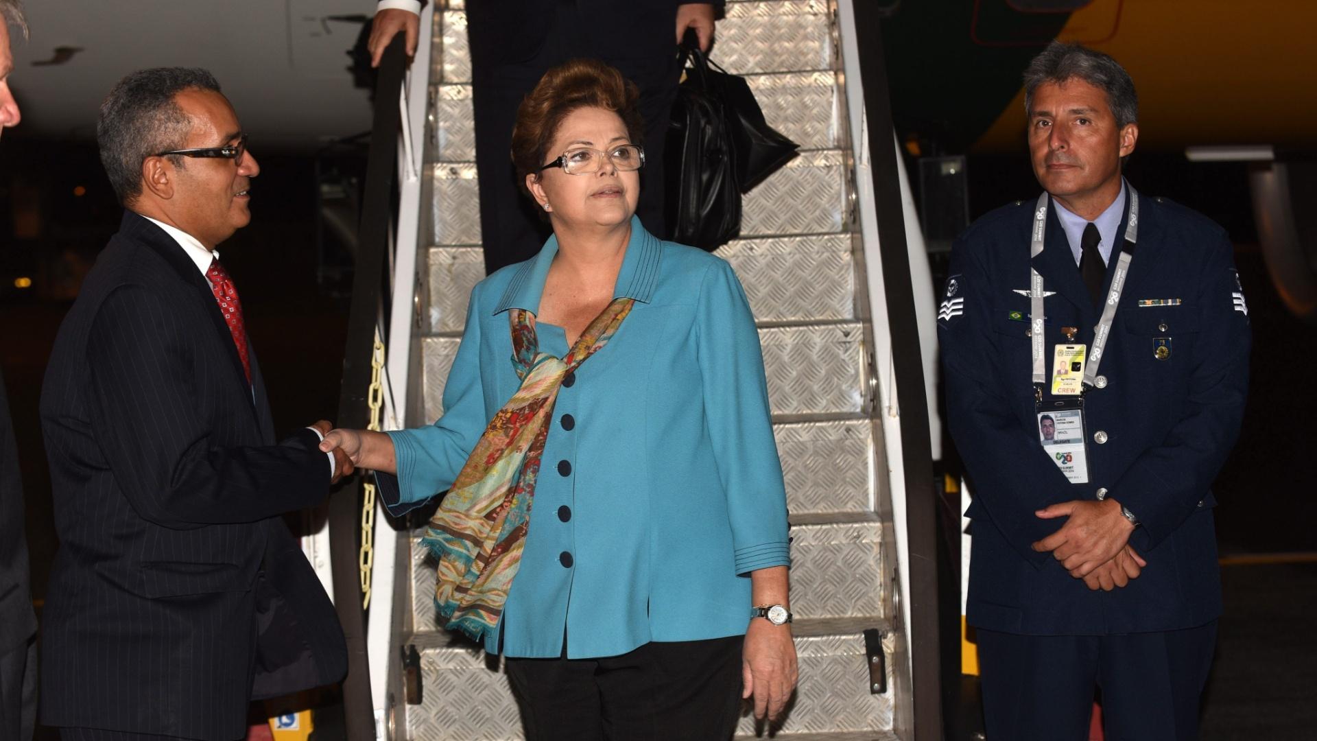 14.nov.2014 - Presidente Dilma Rousseff desembarca na noite desta quinta-feira (13) no aeroporto de Brisbane (Austrália), para participar da reunião de cúpulado G20, que será realizada neste final de semana na cidade australiana