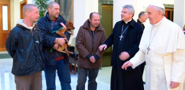 O papa Francisco se encontra com sem-teto no Vaticano, em foto de dezembro de 2013