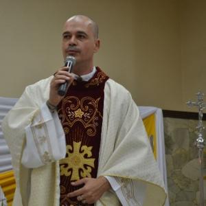 http://imguol.com/c/noticias/2014/11/15/15nov2014---imagem-de-arquivo-pessoal-mostra-o-padre-roberto-francisco-daniel-durante-celebracao-de-casamento-o-sacerdote-foi-excomungado-oficialmente-pela-igreja-catolica-apostolica-romana-por-ter-1416078155273_300x300.jpg