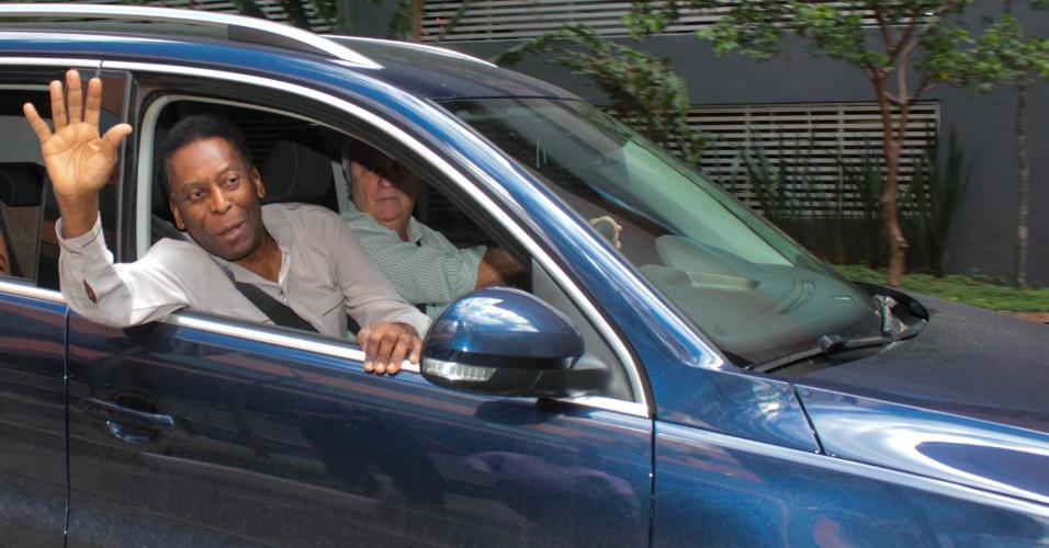 15.nov.2014 - O rei do futebol Edson Arantes do Nascimento, o Pelé, 74, deixa o Hospital Israelita Albert Einstein, no Morumbi, zona sul da capital paulista, na manhã deste sábado (15). Pelé estava internado por problemas renais