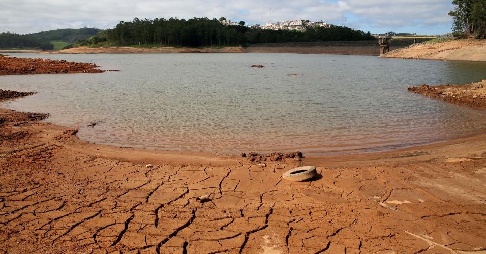 17.nov.2014 - A represa Atibainha, que faz parte do Sistema Cantareira, continua com o solo seco nesta segunda-feira (17), em Nazaré Paulista, no interior de São Paulo. A segunda cota do volume morto do Sistema Cantareira, que abastece 6,5 milhões de pessoas na Grande São Paulo, já começou a ser usada pela Sabesp (Companhia de Saneamento Básico do Estado de São Paulo). Nessa segunda, o nível do sistema caiu para 10,3%