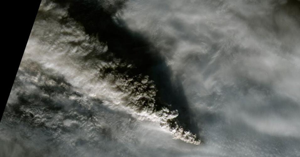 18.nov.2014 - Uma nuvem de fumaça do vulcão Pavlof, localizado na Aleutian Range, na península do Alasca, é flagrada pelo satélite da Nasa. Até o dia 15 de novembro, o vulcão lançou cinzas a uma altitude de 9 km, alto o suficiente para interromper voos comerciais