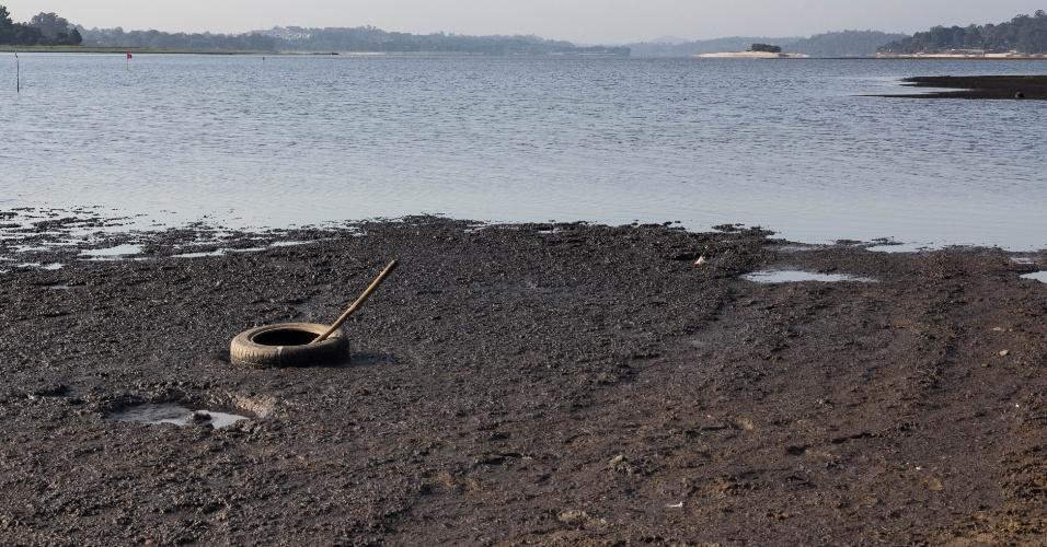 19.nov.2014 - A represa do Guarapiranga, na zona sul de São Paulo, apresentou nova queda em seu volume de armazenamento na manhã desta quarta- feira (19). Segundo a Companhia de Saneamento Básico do Estado de São Paulo (Sabesp), seu atual nível é de 33,7%, ante a 34,4% de sua última medição. Com a seca a paisagem foi alterada e ao invés de água agora aparecem bancos de areia, lixo e vegetação no solo da represa