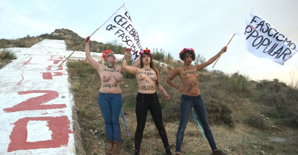 19.nov.2014 - Ativistas espanholas do grupo feminista Femen pintam a frase