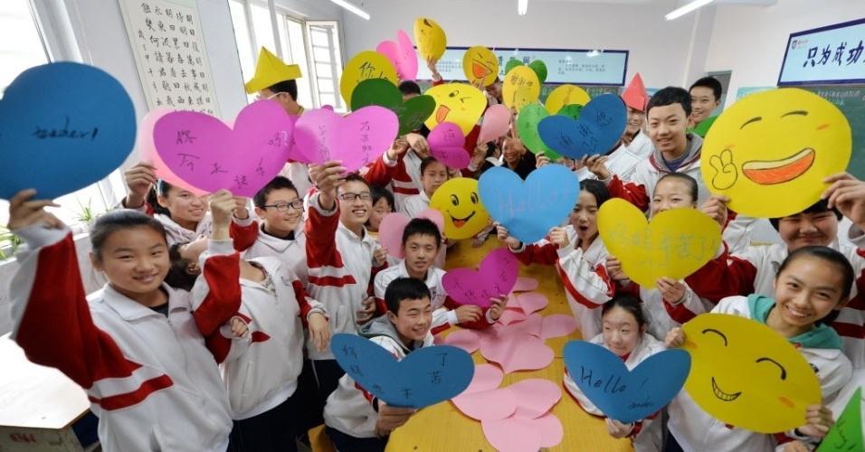 """19.nov.2014 - Os alunos de uma escola em Hebei, na China, mostraram nesta quarta-feira (19) seus cartazes feitos para celebrar o Dia Mundial do Olá, que acontece nesta sexta-feira (21). O objetivo da data é dizer """"Olá"""" a pessoas diferentes, promovendo o contato entre as pessoas e mostrando que podemos aprender com a comunicação"""