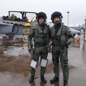 Os capitães se preparam para embarcar nas aeronaves Gripen, ao fundo