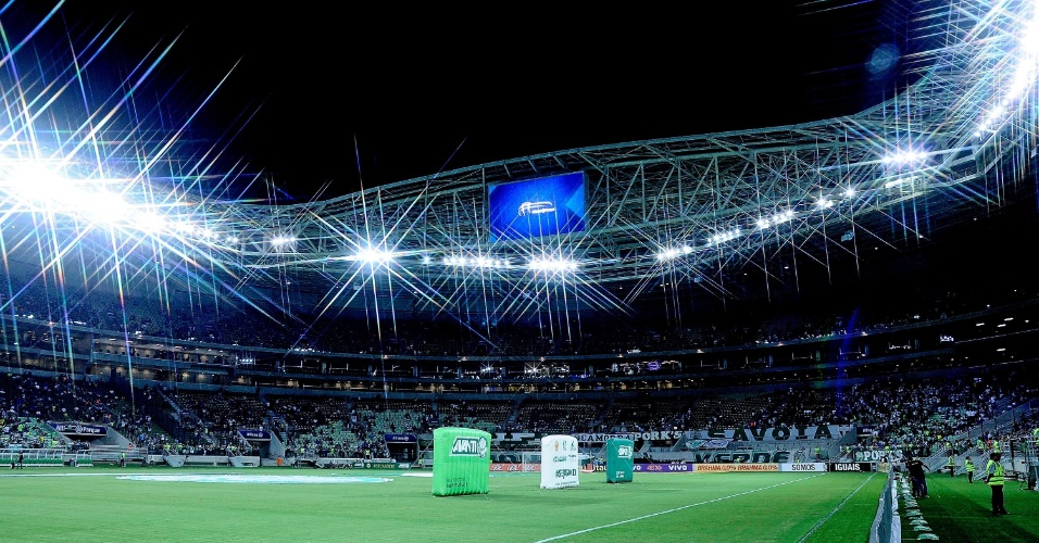 19.nov.2014 - Torcedores começam a chegar ao estádio Allianz Parque, reinaugurado pelo Palmeiras em partida oficial nesta quarta-feira (19), contra o Sport, pelo Brasileirão
