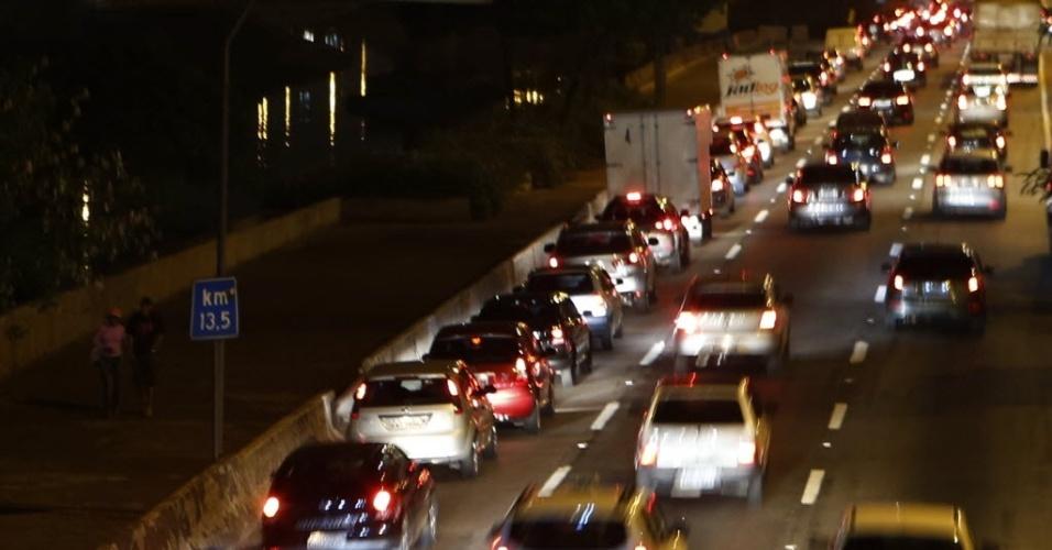19.nov.2014 - Trânsito congestionado na Marginal Tietê, próximo a ponte das Bandeiras, no sentido Ayrton Senna, durante o início da noite em São Paulo
