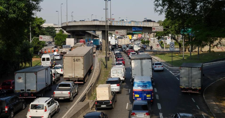 19.nov.2014 - Trânsito na Marginal Tietê, na altura da Ponte das Bandeiras, em São Paulo (SP), se intensifica no final de tarde desta quarta-feira, véspera de feriado do Dia da Consciência Negra