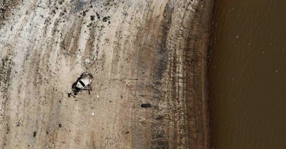 19.nov.2014 - Vista aérea da represa de Atibainha, que integra o Sistema Cantareira, em Nazaré Paulista, no interior de São Paulo. O nível de água do Cantareira, que fornece água para um terço da população da Grande São Paulo (6,5 milhões de pessoas), chegou a 10%. Esse percentual é o que resta de água da segunda cota do volume morto, água que fica no fundo das represas