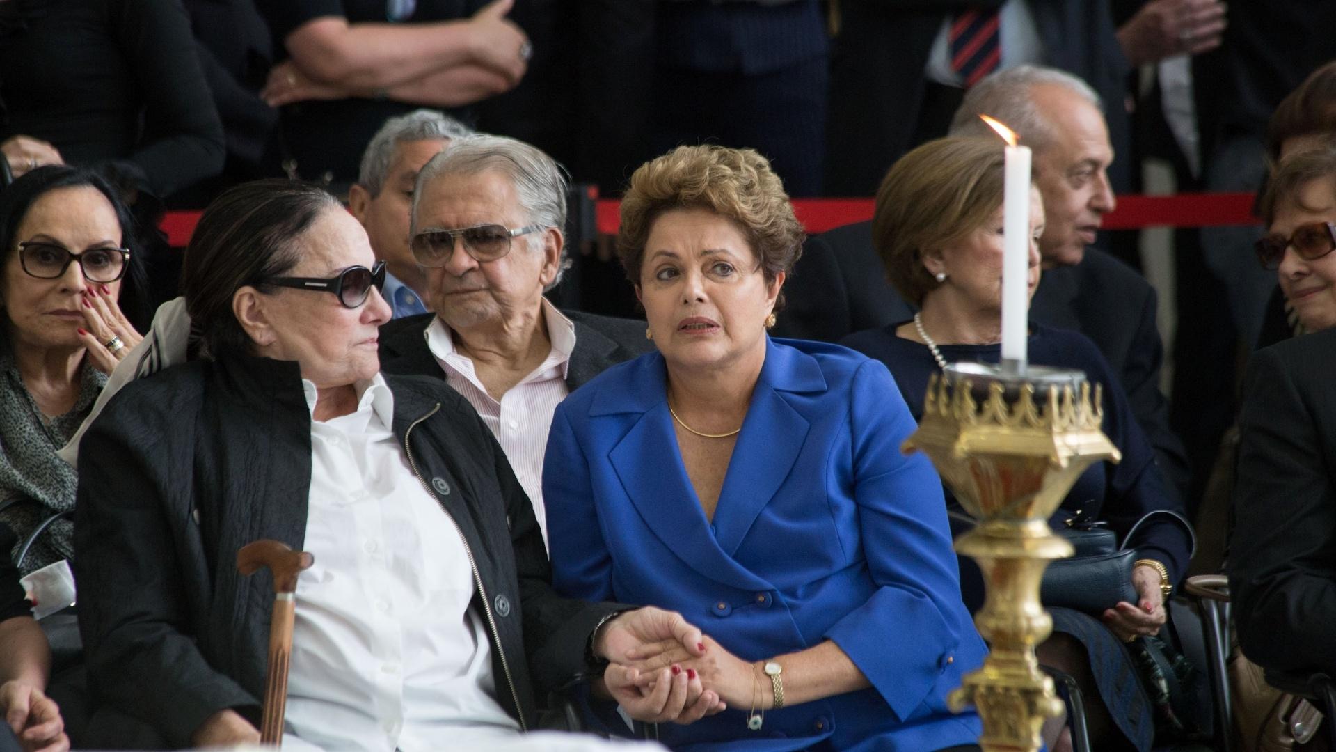 20.nov.2014 - A presidente Dilma Rousseff conversa com Maria Leonor de Castro Bastos, viúva do ex-ministro da Justiça, Márcio Thomaz Bastos. O ex-ministro morreu aos 79 anos, nesta quinta-feira, e é velado na Assembleia Legislativa de São Paulo