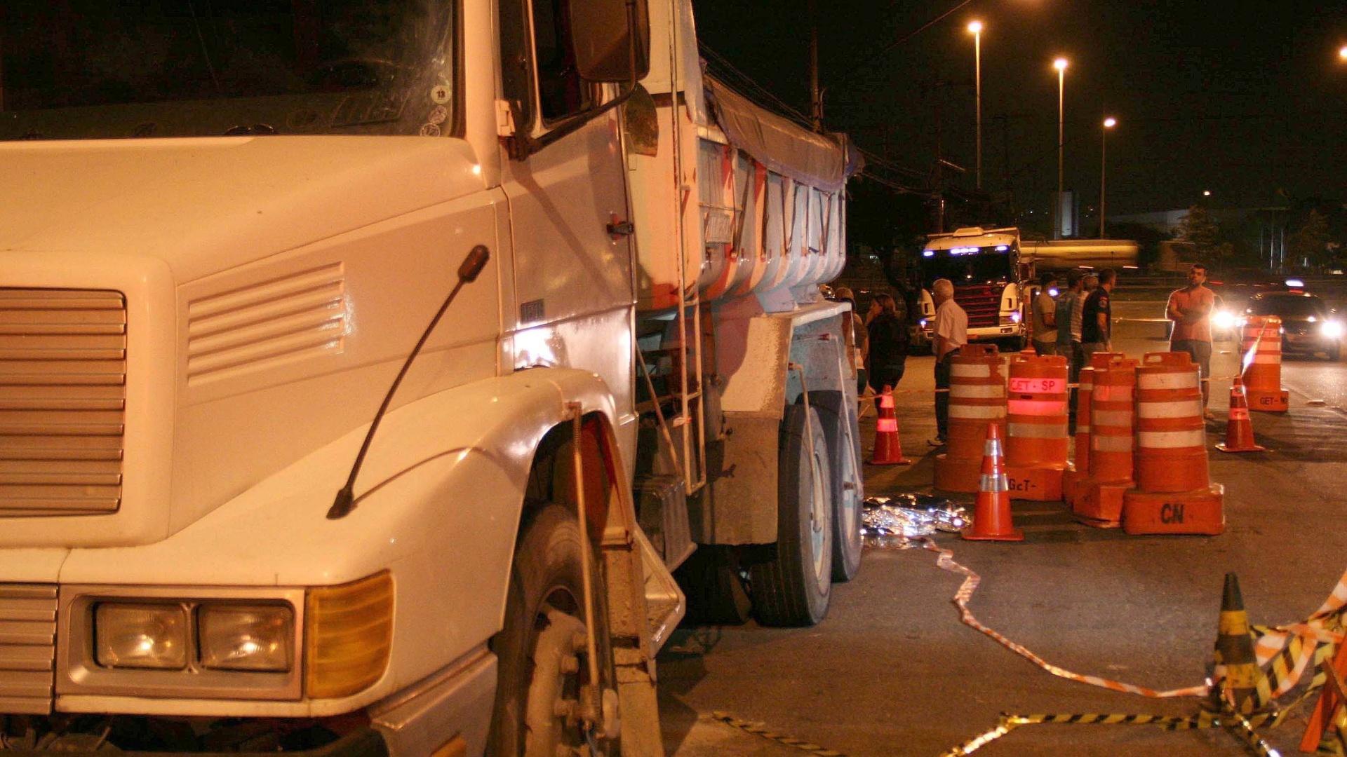 20.nov.2014 - Um motorista de 71 anos morreu atropelado pelo próp
