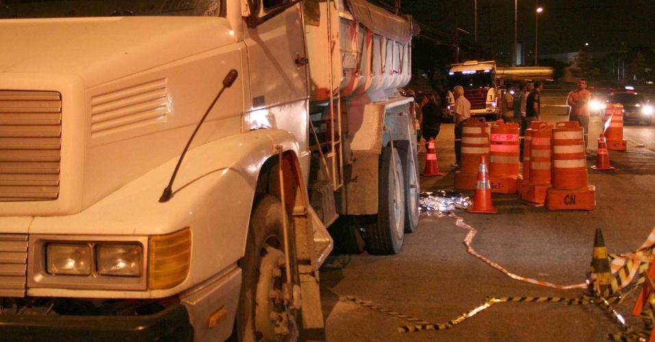 20.nov.2014 - Um motorista de 71 anos morreu atropelado pelo próprio caminhão na rua Maestro Gabriel Migliori, no bairro do Limão, zona norte de São Paulo (SP)