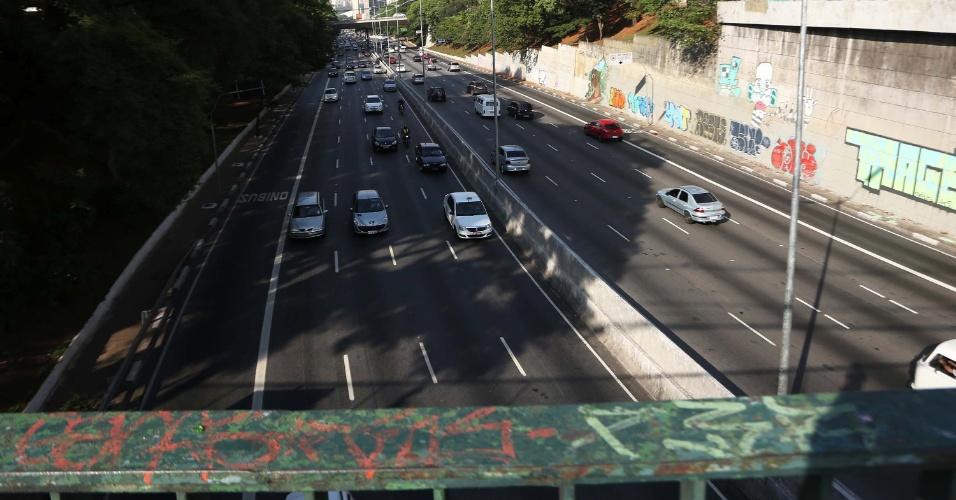 21.nov.2014 - A avenida 23 de maio, que costuma ter trânsito carregado em dias de semana, apresenta tráfego tranquilo nesta sexta-feira (21), emenda do feriado prolongado do Dia da Consciência Negra