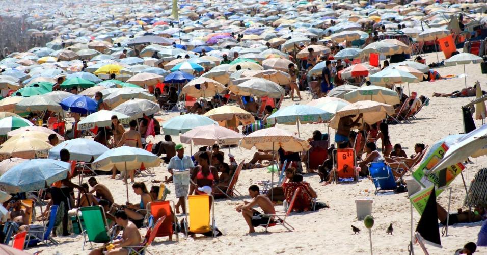Banhistas lotam a praia de Ipanema, na zona sul do Rio de Janeiro, neste sábado (22). A máxima registrada neste sábado, na rede do Alerta Rio, foi de 37,6 ºC, às 10h45, em Guaratiba, na zona oeste, com sensação térmica de 43 ºC