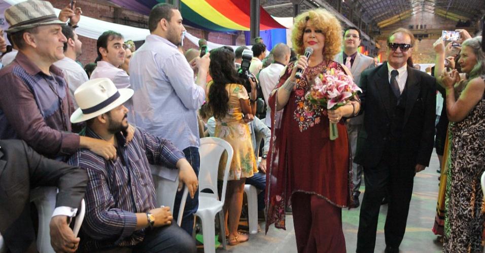 23.nov.2014 - A abertura da cerimônia foi feita com a performance da travesti, atriz e cantora Jane Di Castro, que interpretou