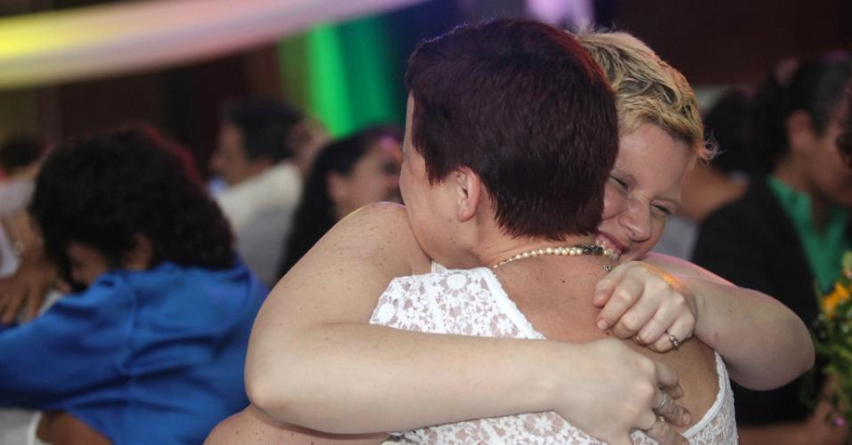 23.nov.2014 - Ao todo, 160 casais homossexuais oficializaram união simultaneamente neste domingo (23), no Armazém Utopia, zona portuária do Rio de Janeiro. Esta foi a quinta cerimônia de casamento civil homoafetivo realizado no Estado e a maior cerimônia do mundo, segundo a Secretaria de Estado de Assistência Social e Direitos Humanos, organizadora do evento