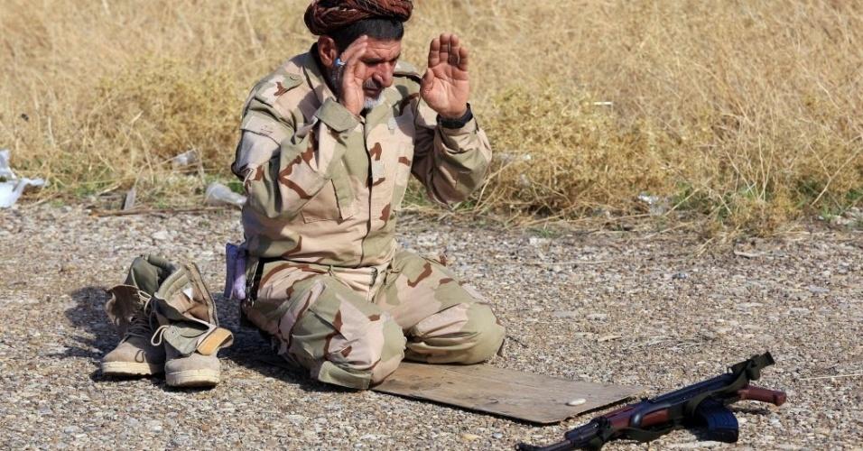24.nov.2014 - Iraquiano xiita reza durante combate na linha de frente contra o Estado Islâmico (EI) em Saadiya, na província de Diyala. As forças iraquianas disseram neste domingo (23) que retomaram duas cidades ao norte de Bagdá, liberando a estrada principal que vai da capital para o Irã
