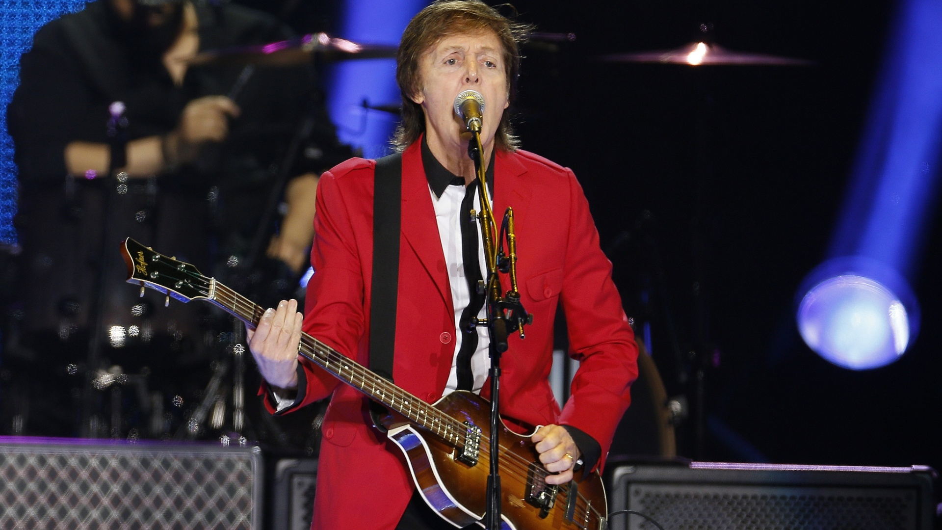 24.nov.2014 - Paul McCartney canta durante show no Estádio Mané Garrincha, em Brasília. Apesar de ser o quinto ano consecutivo que o ex-Beatle se apresenta no país, e de já fazer shows no Brasil desde a década de 90, esta foi sua primeira apresentação na capital do país. Paul McCartney segue agora com a turnê