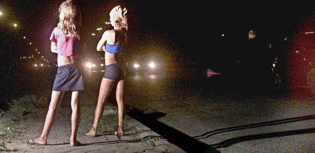Adolescentes que se prostituem aguardam por caminhoneiros na BR-116, em Fortaleza, Ceará
