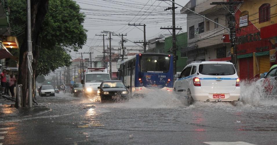25.nov.2014 - 25.nov.2014 - Chuva forte causa alagamento na região do parque Edu Chaves, na zona norte de São Paulo. Segundo o CGE (Centro de Gerenciamento de Emergências), a chuva que atingiu a capital paulista deixou praticamente todas as regiões em estado de alerta