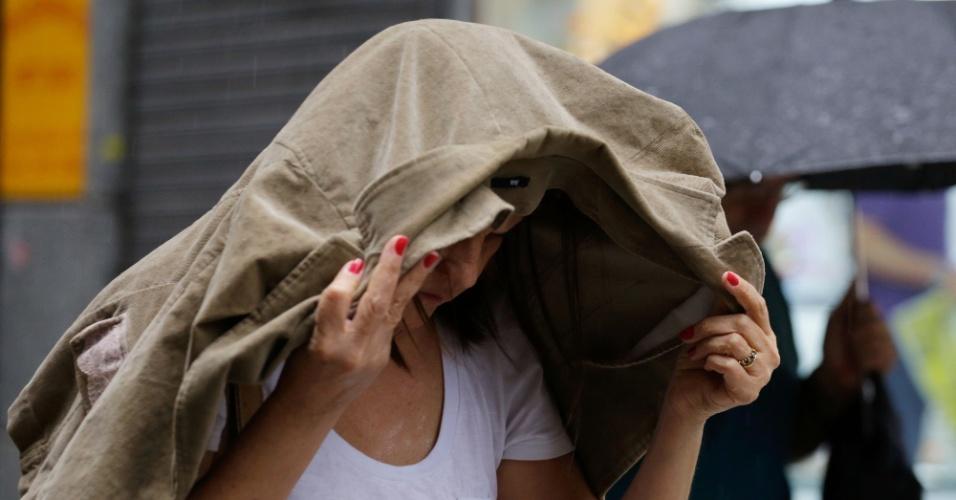 25.nov.2014 - Pedestres enfrentam chuva forte no centro de São Paulo. Segundo o CGE (Centro de Gerenciamento de Emergências), a chuva que atingiu a capital paulista deixou praticamente todas as regiões em estado de alerta