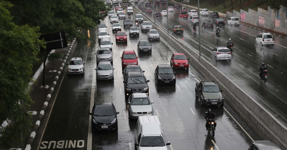 25.nov.2014 - Trânsito na avenida 23 de Maio fica complicado após fortes chuvas em São Paulo. Segundo o CGE (Centro de Gerenciamento de Emergências), a chuva que atingiu a capital paulista deixou praticamente todas as regiões em estado de alerta
