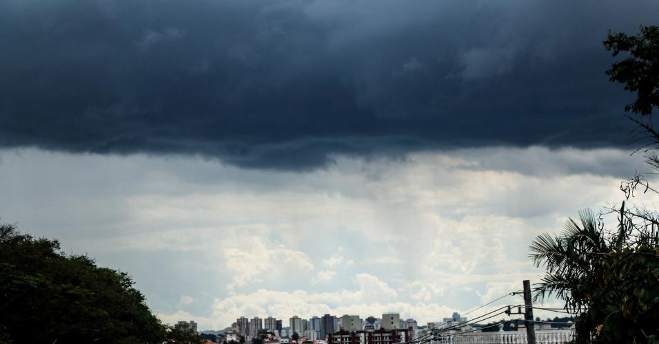 26.nov.2014 - Chuva atinge a região do Morumbi, na zona sul da capital paulista, nesta quarta-feira. Por volta das 16h, o CGE (Centro de Gerenciamento de Emergências) decretou estado de atenção para as zonas oeste, sul, sudeste de São Paulo, além da marginal Pinheiros, uma das principais vias da cidade, por causa da chuva forte que atingiu estas regiões
