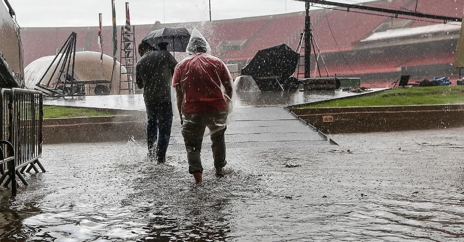 26.nov.2014 - Estádio do Morumbi, onde acontece a partida entre São Paulo e Atlético Nacional, válida pela Copa Sul-Americana, na zona sul de São Paulo, nesta quarta-feira (26) ficou parcialmente alagado por causa da chuva que atinge a capital paulista. Parte da cidade entrou em estado de atenção para a ocorrência de enchentes. Segundo meteorologistas do CGE (Centro de Gerenciamento de Emergências), a chuva deve continuam pelas próximas horas